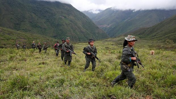 Miembros de las FARC patrullan en una remota zona de las montañas de Colombia
