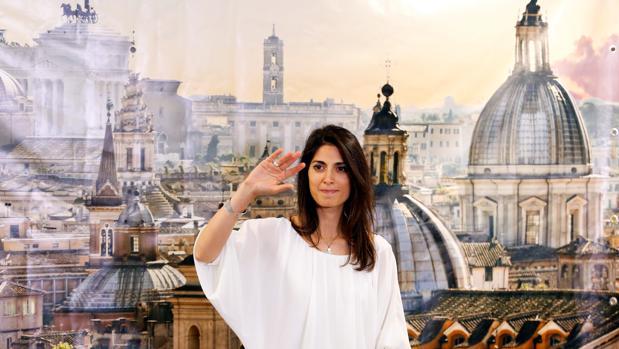 La alcaldesa de Roma, Virgina Raggi, durante una rueda de prensa tras ganar la Alcaldía de la capital el pasado junio