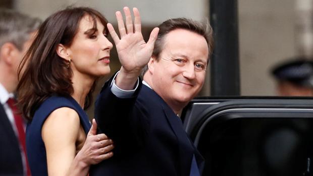 El ex primer ministro británico, David Cameron, acompañado de su esposa