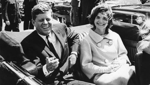 El ex presidente de Estados Unidos John F. Kennedy y su mujer, Jackie Kennedy, sentados en el coche frente Blair House, en Washington, mientras esperan al antiguo presidente tunecino Habib Bourguiba en 1961