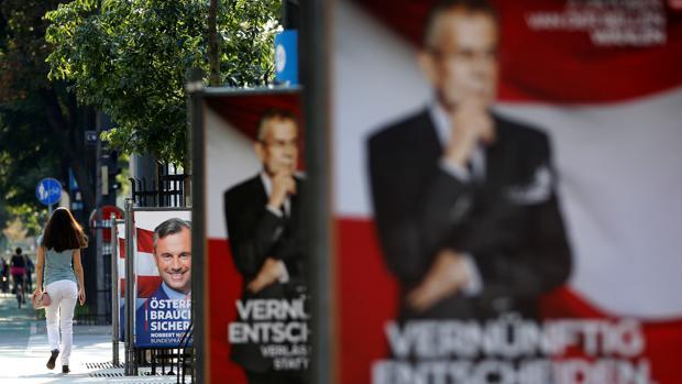 Carteles de las campañas electorales de de los candidatos austriacos Norbert Hofer y Alexander Van der Bellen en las calles de Viena
