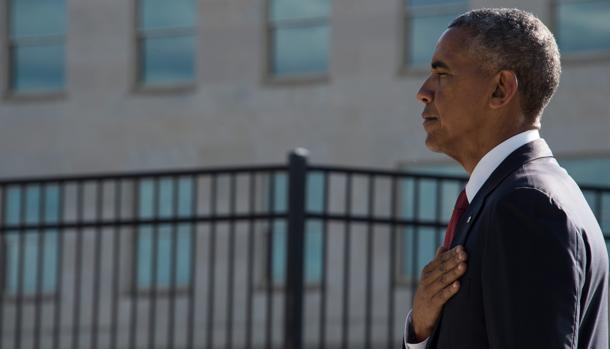 Barack Obama guarda silencio en la ceremonia conmemorativa del 11-S, este domingo en el Pentágono
