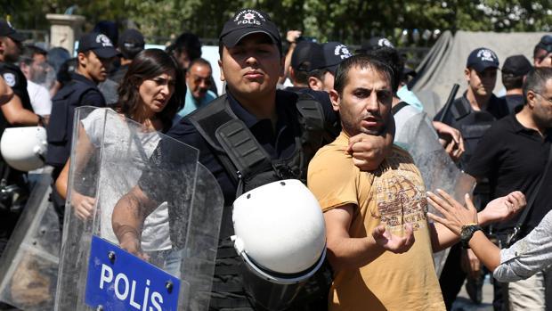 La policía antidisturbios detiene a un manifestante durante una protesta contra el despido de profesores por sus supuestos vínculos con la militancia kurda, la semana pasada en Diyarbakir, sureste de Turquía