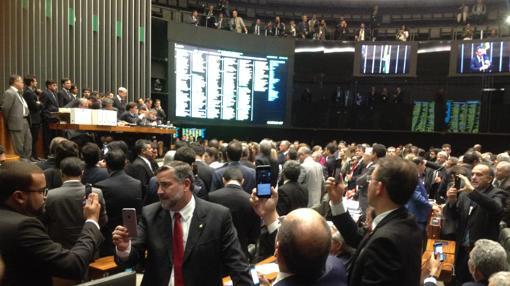 Los diputados graban con sus móviles el final del proceso que ha destituido este martes a Eduardo Cunha, expresidente de la Cámara brasileña