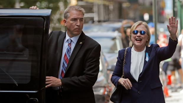 La candidata demócrata, Hillary Clinton, saluda a la prensa durante el aniversario del 11-S