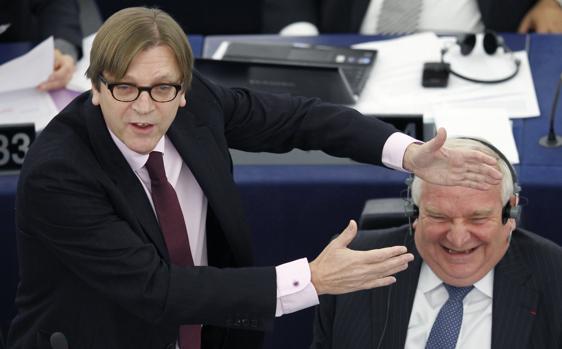 Guy Verhofstadt (i) insiste en que el Reino Unido se marchde la Unión Europea antes de 2019
