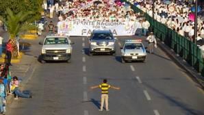 Un niño de 12 años se enfrenta a una manifestación antigay en México