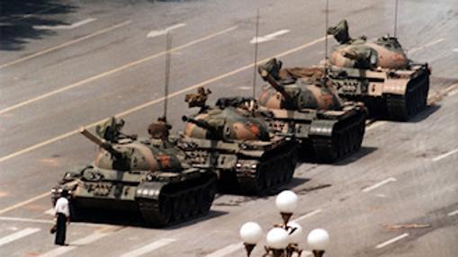«Tank Man», la fotografía que muestra aun hombre enfrentetándose a los tanques durante las protestas de la Plaza de Tiananmén de 1989, en China