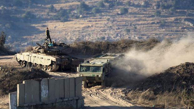 Tanques israelíes circulan cerca del lugar donde han impactado proyectiles lanzados desde Siria en la localidad de Majdal Shams en los Altos del Golán (Israel)