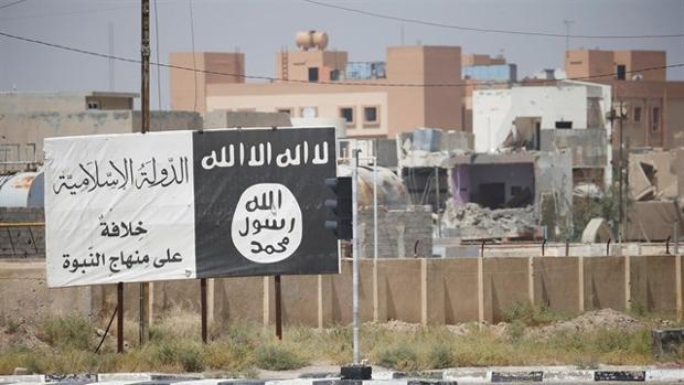 Un cartel con la bandera de Daesh en Irak