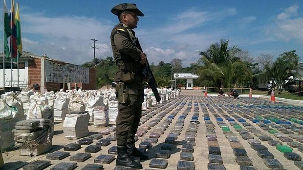 Un policía vigila paquetes de cocaína incautados en Turbo (Colombia)