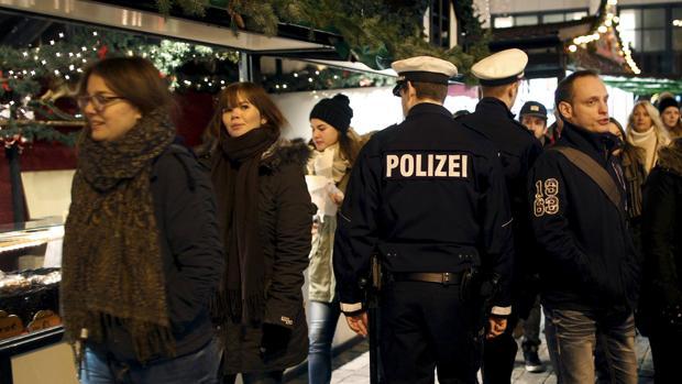 La Policía alemana vigila un mercado de Navidad en Dortmund