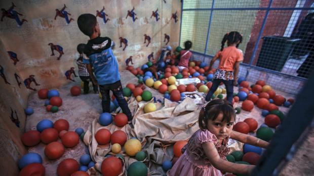 Niños sirios juegan en un salón de bolas durante el segundo día de la festividad musulmana Eid Al Adha
