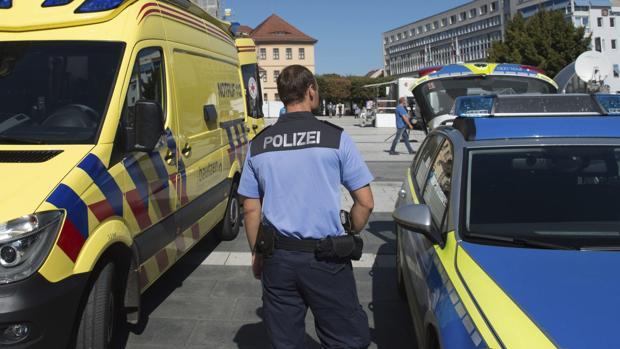 Un agente hace guardia en la Kornmarkt Square en Bautzen, Alemania, tras los sucesos de la noche del miércoles