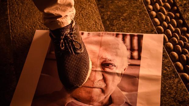 Un seguidor de Erdogan pisotea una foto del clérigo musulmán Gulen