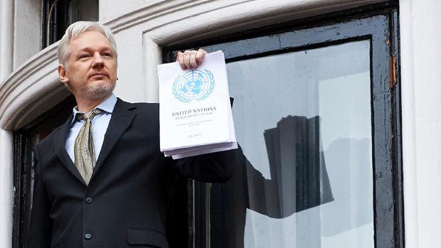 El fundador de WikiLeaks, Julian Assange, muestra el informe que la ONU emitió el pasado mes de febrero en que se dice que la detención del periodista fue arbitraria