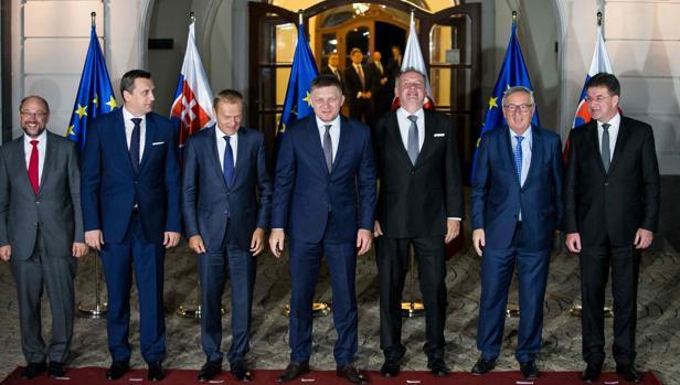 De izquierda a derecha, el presidente del Parlamento Europeo, Martin Schulz; el portavoz el Parlamento eslovaco, Andrej Danko; el presidente del Consejo Europeo, Donald Tusk; el primer ministro eslovaco, Robert Fico; el presidente eslovaco, Andrej Kiska; el presidente de la Comisión Europea, Jean-Claude Juncker, y el ministro de Exteriores eslovaco, Miroslav Lajcak, posan para la foto de familia antes de asistir a una cena informal este jueves en Bratislava, en la víspera de la cumbre de la UE