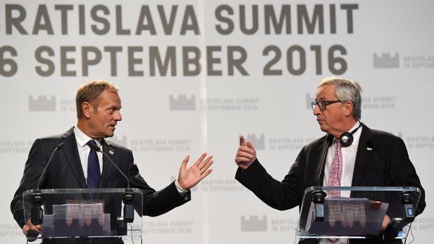 Donald Tusk, junto a Jean-Claude Juncker en rueda de prensa