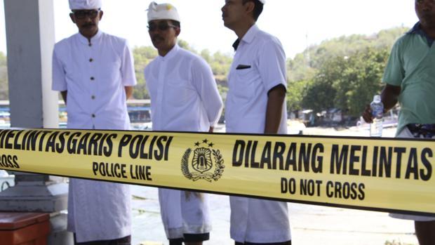 miembros de la Policía indonesia durante la rueda de prensa ofrecida hoy en el puerto de Padangbai, donde el ferry está siendo examinado por expertos.