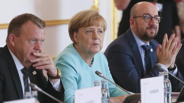 El primer ministro danés, Lars Lokke; la canciller alemana, Angela Merkel, y el primer ministro belga, Charles Michel, durante la cumbre informal de jefes de Estado y de Gobierno de la (UE) en Bratislava