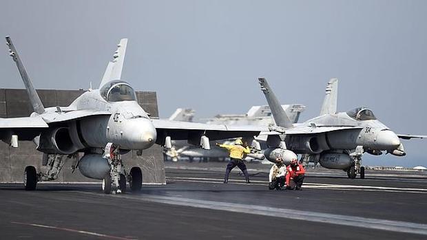 Aviones F/A-18 de la Marina estadounidense se preparan para despegar