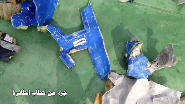 Piezas del avión EgyptAir MS804 siniestrado el pasado19 de mayo en el Mediterráneo