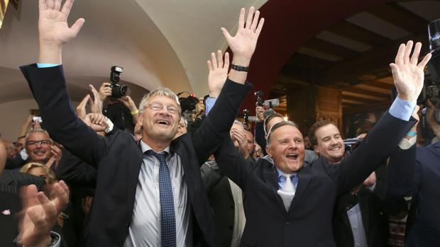 El candidato del partido Alternativa para Alemania, Georg Pazderski, y el colíder de la formación, Joerg Meuthen, tras conocer los resultados de las elecciones de Belín, décimo «länder» en que consiguen escaños en dos años