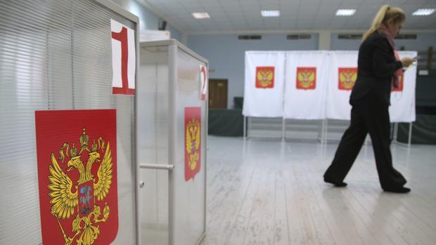 Preparativos en un colegio electoral en Moscú dos días antes de los comicios