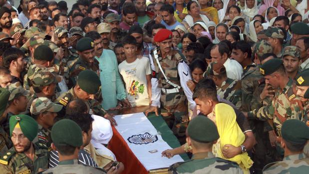 Residentes lloran la muerte del soldado Havildar Ravi Paul, fallecido en el ataque a la base militar india
