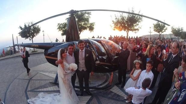 Imagen de los novios tras llegar a la boda en helicóptero
