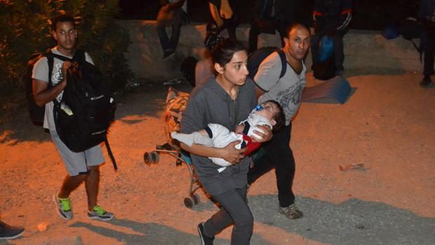 Varios emigrantes huyen del campo de Moria tras desatarse un incendio provocado