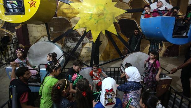 Niños sirios jugando durante la festividad del Eid en el este de Damasco