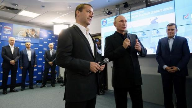 Putin, a la derecha, habla junto a Dmitry Medvedev en la sede de Rusia Unida durante las eleccioens legislativas