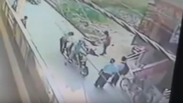 Imagen del momento en el que la joven fue apuñalada ante la mirada de varios testigos