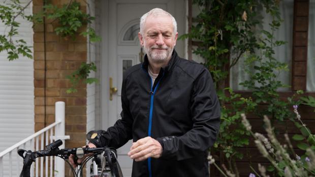 El líder del Partido Laborista, Jeremy Corbyn, este miércoles a la salida de su casa