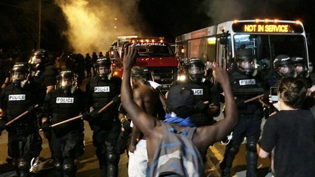 Agentes estadounidenses y manifestantes que protestan contra la muerte de los negros a manos de la Policía se enfrentan en Charlotte, en Carolina del Norte