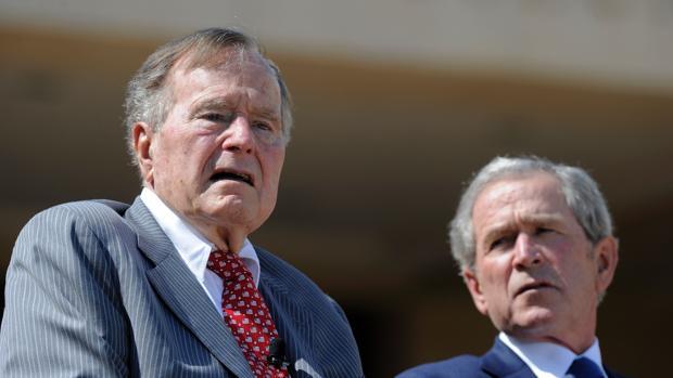 Los expresidentes George H.W. Bush, padre, y George W. Bush, hijo, durante el homenaje a los policías muertos en Dallas el pasado mes de abril