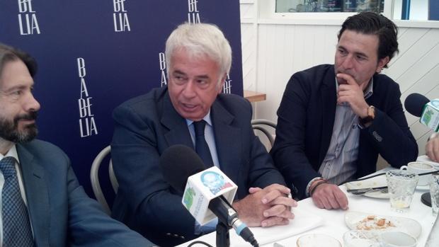 El político democristiano argentino y durante varios mandatos gobernador de la provincia de Córdoba, José Manuel de la Sota, entre algunos periodistas de Experience Club