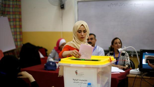 Una mujer participa en las elecciones parlamentarias este martes en Amman