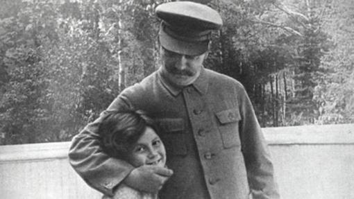 El exdictador soviético Iósif Stalin y su hija, Svetlana Alilúyeva, en 1935