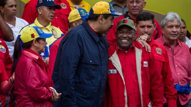 Maduro hace un gesto amistoso a su vicepresidente, Istúriz, a su izquierda, en un acto chavista