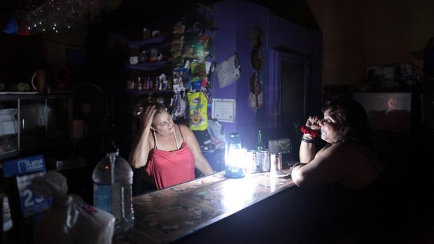 Puerto Rico restablece parte de su servicio eléctrico tras pasar varias horas a oscuras