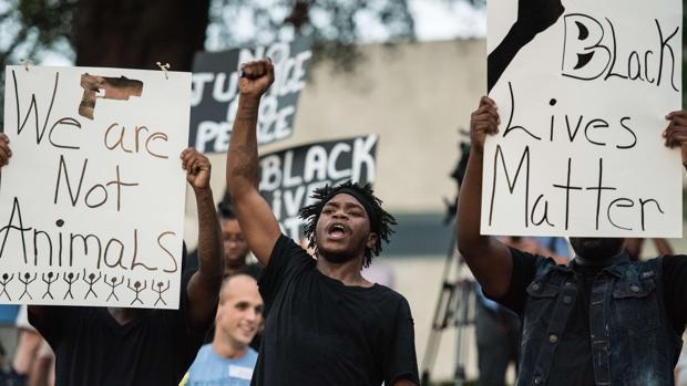Imagen de las protestas en Charlotte en las que un manifestante a muerto como consecuencia de un disparo