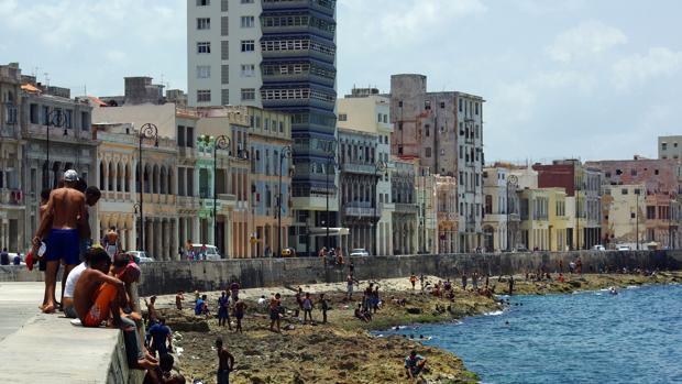 El malecón habanero, uno de los lugares más emblemáticos de la capital cubana, dispondrá de conexión wifi a finales de 2016