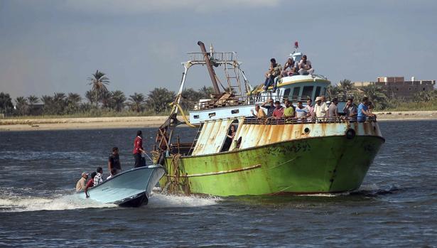 Un barco traslada a los equipos de rescate a la costa de Egipto para buscar a los supervivientes