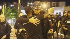 Un famoso activista enfurece a los manifestantes de Charlotte por abrazar a los agentes de Policía