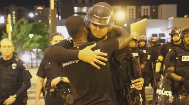 Imagen del vídeo de YouTube en el Nwadike abraza a los policías de Charlotte