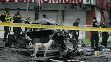 Escena tras el atentado con coche bomba en Cali en 2008