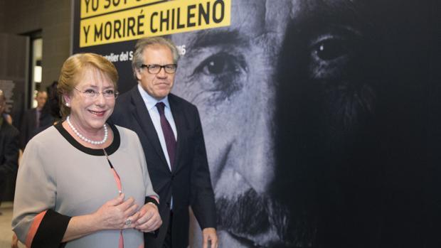 Michelle Bachelet y Luis Almagro, junto a una imagen del excanciller chileno asesinado Orlando Letelier, durante un homenaje este viernes en Washington