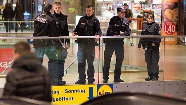 Miembros de la policía alemana vigilan cada uno de los aeropuertos del país